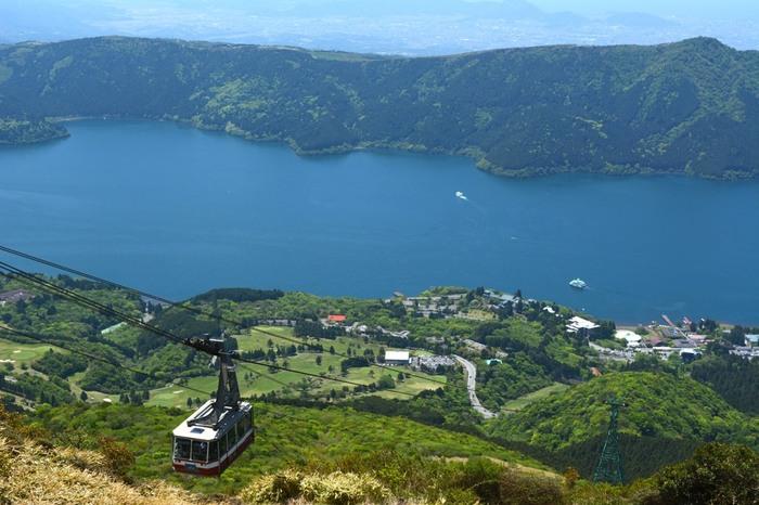 箱根駒ケ岳山頂へはロープウェーで向かいましょう。富士山をはじめ、駿河湾、伊豆半島や伊豆七島、そして湘南海岸の絶景を眺めながらの空中散歩は気分最高ですよ!