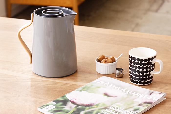 ■stelton(ステルトン) Emma(エンマ)  デンマークのブランド「stelton」が手がけたバキュームジャグ。スタイリッシュなデザインのなかに、木製の持ち手が温かみのある印象を演出しています。魔法瓶なので保温機能があるのも嬉しいですね。