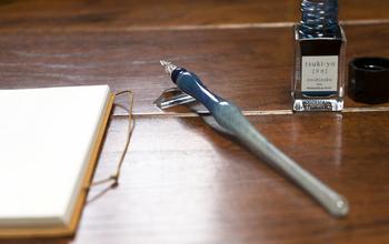 ガラスペンは明治35年に日本で開発されました。 螺旋状の溝にインクが溜まる構造になっています。ペン先からインクを吸い上げていく様子もうっとりする美しさ。 どんな角度でペンを入れてもサラサラッとスムーズに書けるので、長く使いたくなることうけあいです。