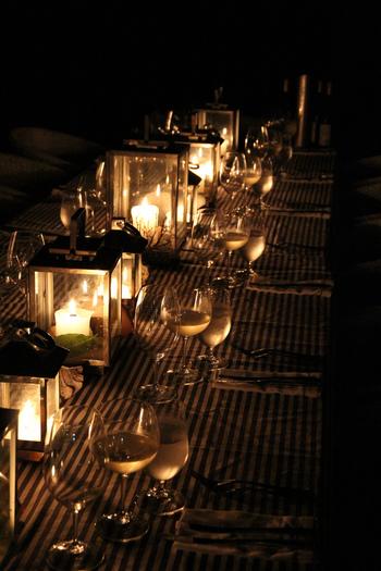 ランタンを飾って雰囲気たっぷりのテーブルデコレーションに。