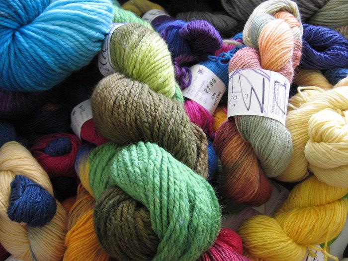 徐々に日も短くなり、夜をゆっくり楽しめる季節が到来しました。そんな時は、毛糸や刺繍糸など、身近なアイテムを使って簡単に作れる手作りアイテムにTRYしたくなりますよね?