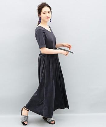 こちらは、スカート部分がベロア素材になっている切替ワンピース。トップス部分はカットソー素材なので、柔らかく着心地も抜群。シンプルに見えて味のある着こなしが好きな人におすすめのベロアアイテムです。