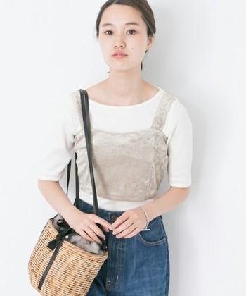 こちらはベロア素材のビスチェ。Tシャツなどのシンプルなトップスと合わせることで、トレンド感と季節感を両立した着こなしが可能です。