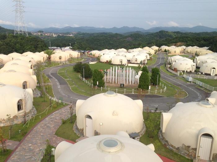 和歌山の観光地、南紀白浜にある「とれとれヴィレッジ」は、発泡スチロールで出来たドーム型の宿泊施設がずらりと並ぶ異空間。まるで、アニメの『ドラゴンボール』に登場するカプセルハウスのようで、家族や友人と訪れたい楽しい場所です。
