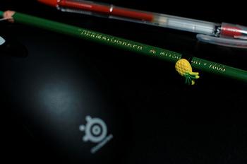 昔ながらの紙巻鉛筆は、実はとっても高機能。 紙はもちろんのこと、ガラスや金属など、いろんなところに書けるほか、濃さや太さの調整が可能で色数も豊富なんです。 刃物を使わず芯を出せるので、刃物を置きたくない子供のいる環境でも使いやすいですよ。