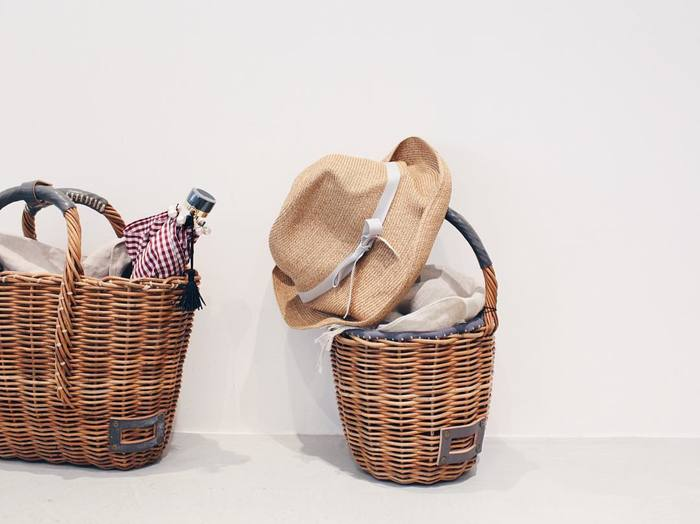 公私ともにパートナーだったセルジュ・ゲンズブールからプレゼントされて以来愛用していたのが、「VITRAS GEDVILAS(ヴィトラス ジェトヴィラス)」のかごバッグ。シーンや季節を問わず、常に持ち歩いていたんだそう。