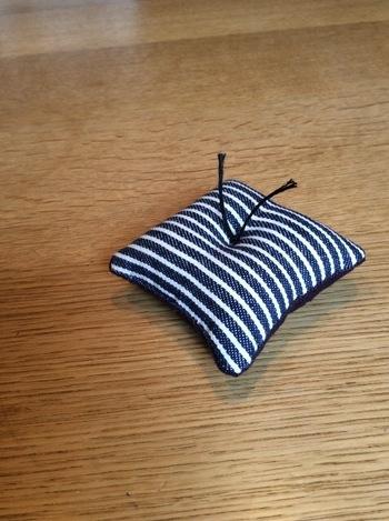 中の綿がかたよらないように、真ん中の部分を縫い留めるのもいいですね!好きな布で作ってみてください。