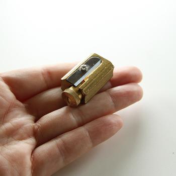 DUX(ダックス)の鉛筆削り器は真鍮のどっしりとしたボディが素敵。ダイヤルで芯の鋭さを調整できるのも嬉しいポイントです。レトロさと機能美にうっとりします。