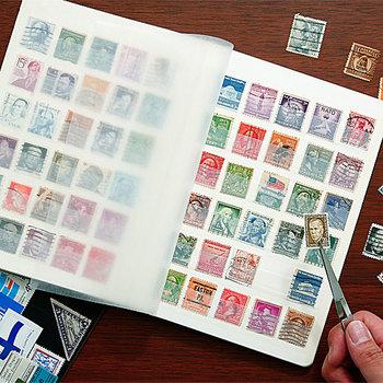 ストックブックは切手などをコレクションするのに適した、小さな紙片を一枚ずつ収めて眺められる冊子。マイナーながら使いやすさ抜群の隠れた文房具です。