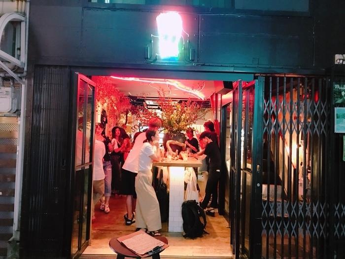 カフェではありませんが、ぜひ紹介したいお店を京都から。京都の路地には名店が多いとよく言いますが、こちらの「SOUR(サワー)」も、オープン直後から多くの地元客から支持される注目店。  これまでのサワー(酎ハイ)のイメージを覆すような、女性におすすめのオシャレなサワーが揃います。