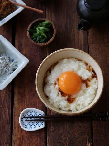 卵白をふわふわに泡立てて、ごはんの上へ。すごく簡単だけど、いつもの卵かけごはんと違う食感が楽しめて美味しいですよ。ふわふわ感を満喫したい人は、温かいごはんの上に卵白をのせたあと、さらにかき混ぜてみて。泡立ち感が倍増します♪