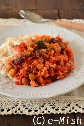 豚の挽き肉と、ミックスビーンズをトマト缶で煮込んだチリビーンズで、エスニックなかけごはんはいかがですか。たくさん作って、トーストにのせたりしても美味しいですよ。