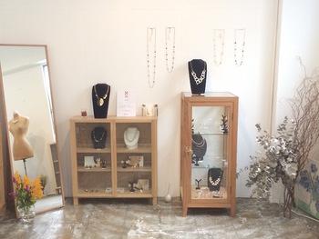 柔らかな雰囲気が漂うARATAのアトリエ&ショップは、京都の中京区にあります。  アトリエ&ショップに訪れたい場合には予約が必須なので、事前にメールで希望の日時を連絡することを忘れないようにしましょう。