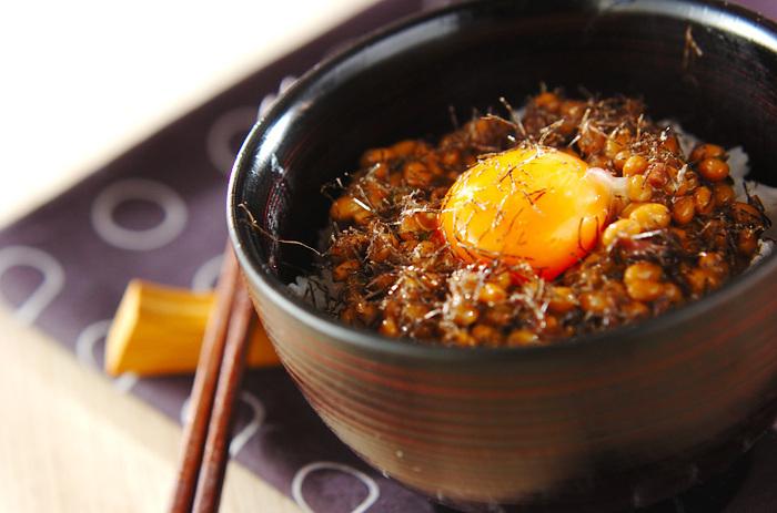 納豆ご飯に、しば漬けやネギを加えて、ちょっと大人なかけごはんに。これなら癒しの晩ごはんとしても嬉しい一品ですね。