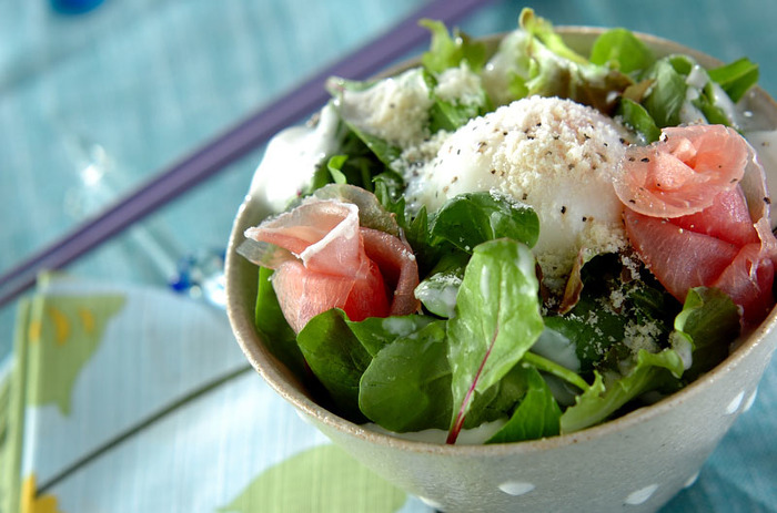 カルボナーラの風味ってお米とも相性がいいんです。お好みで黒コショウを利かせると、よりカルボナーラ感を楽しめますよ。ベビーリーフをこんもり盛り付けて、サラダ感覚でいただけます。