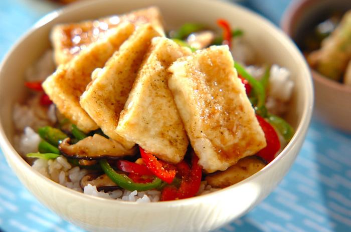 味付けにうなぎのタレを使っているので、具材がヘルシーなのに食べごたえがあって満足感のあるご飯です。彩りのキレイな野菜を使うと食欲がそそられますよ。
