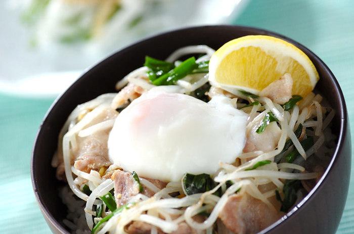 塩コショウで味付けしたさっぱりお肉に、モヤシとニラをたっぷり添えて。お米を控えめにしたい人は、丼でなくお茶碗でどうぞ。
