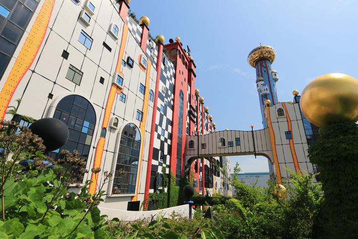 大阪市此花区にある人工島、舞洲。「舞洲工場(まいしまこうじょう)」と呼ばれるこの施設は、実はゴミ焼却場なんです。  ゴミ処理場には見えない、異国の宮殿のような建築は、建築家としても名高いオーストリアの芸術家・フンデルトヴァッサー氏のデザインによるもの。