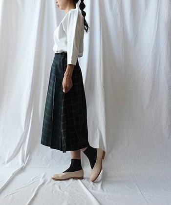 女性らしく見せてくれるミモレ丈のフレアスカートは、映画『ローマの休日』の中で着用し人気に。クラシカルで女性らしい着こなしにぴったり。