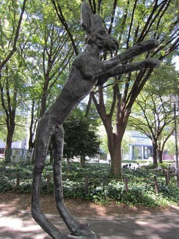 バリー・フラナガン 作 ボールをつかむ爪の上の野兎  名古屋市の白川公園にあるのっぽさんなうさぎの彫刻。同公園内には国内外の彫刻家が手がけた作品が林立しており、歩いて一回りするだけでも楽しめます。