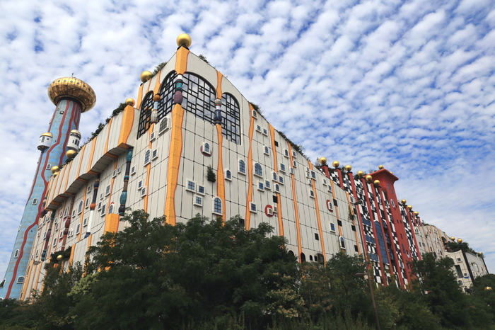 色とりどりの建物は、つぎはぎしたような不規則な形がおしゃれ。見る角度によって現れる色や形が違うので、ゆっくりとベストポジションを探して。