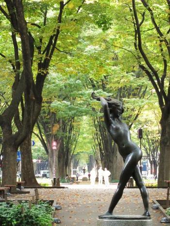 """エミリオ・グレコ作 夏の思い出  仙台駅の目の前から山手に向かって伸びる定禅寺通りのシンボルとなっている彫刻。仙台の観光ポスターや絵はがきでもおなじみの作品です。大きなケヤキ並木の中でゆったり鑑賞できますよ。  この像からほど近いところにある""""せんだいメディアテーク""""は公共建築賞・文化施設部門 国土交通大臣表彰をはじめ、建物や施設の働きに評価の声が高い、複合施設です。外観の美しさ、内装の面白さも体験できるので、立ち寄ってみるのもオススメです。"""
