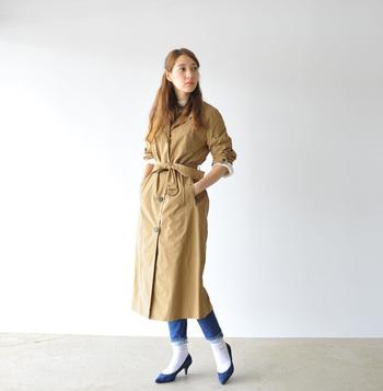 映画『ティファニーで朝食を』など、数々の映画の中で着用してきたトレンチコート。オードリー風着こなしがしたいなら、クラシカルな王道のひざ丈がベスト。ベルトは腰できゅっと巻いて、メリハリをつけて◎