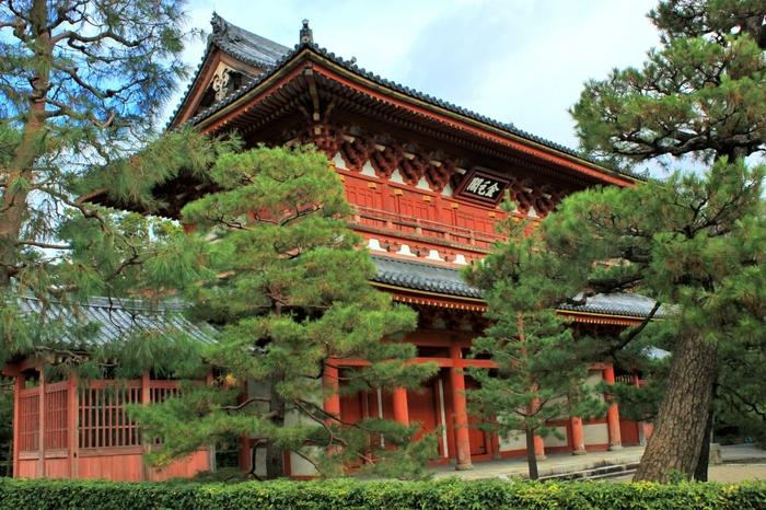 こちらは、赤い装飾が美しい「山門」。この山門建設にあたり、豊臣秀吉との亀裂が決定的となり、千利休が切腹を言い渡されました。