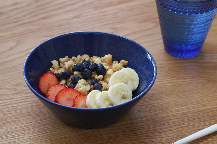 15cmボウルは、シリアルを盛り付けるのにもピッタリ。お椀やカップよりも口が広く、ミルクを注いでもこぼれにくい深みがあるので、フルーツと一緒に盛り付けても食べやすいんです。