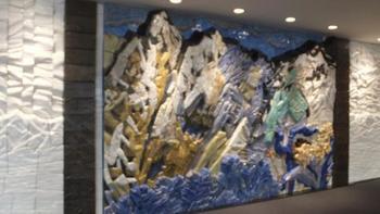 片岡球子 作 立山   赤などを大胆に使ったダイナミックな富士山の絵で知られる日本画家 片岡球子デザインの壁画が富山空港の中で見られます。陶板でできたこの作品は、立山を通して険しいけれど穏やかな富山の大自然への期待を誘います。