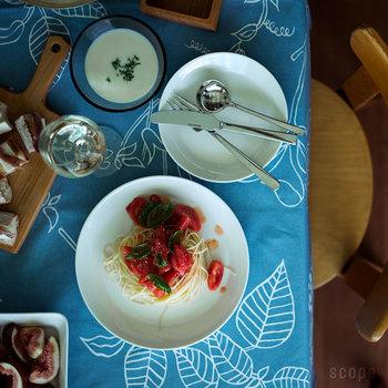 """TEEMAシリーズは、単体でみればとってもシンプル。個性を主張する絵柄がないから、食べ物を乗せた時に食器のデザインでは表現しきれない""""食卓の美味しいアート""""が誕生します。"""