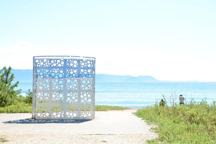 """直島や小豆島など瀬戸内海の島々を会場に3年に1度開催される""""瀬戸内国際芸術祭""""では瀬戸内海の自然の中でたくさんの作品を鑑賞できます。次回は2019年開催。  また、芸術祭以外の期間も楽しめる施設がたくさんあり、ベネッセハウス ミュージアム、李禹煥美術館、地中美術館、ANDO MUSEUMなどの美術館など、直島全体が芸術にどっぷり浸れるアートスポットとして知られています。"""
