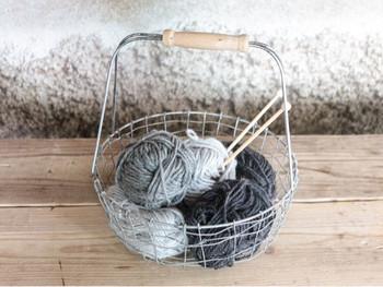 ポンポンの基本的な作り方をご紹介します。まず用意するものは、お好みの毛糸です。