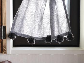 カーテンの裾にポンポンを付ければ、窓辺もいつもと違う雰囲気に変わります。あるもので応用できる素敵なアイディアですね。