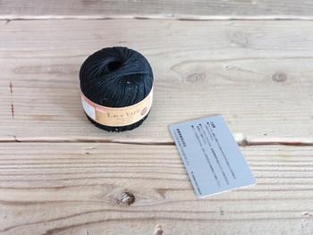タッセルの基本的な作り方です。まずは毛糸と、毛糸を巻きつける段ボールやカードなど固いものを用意しましょう。
