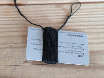 ループに縛る部分をカードの中央に置き、それからぐるぐるとカードに糸を巻いていきます。