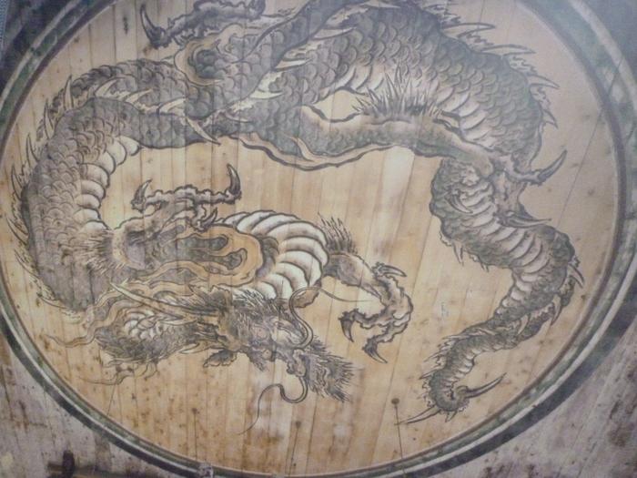 重要文化財の法堂の天井に描かれたは「蟠龍図」は狩野永徳の子・光信が描いたもの。絵の下で手を打つと、堂内の反響音が天から龍の鳴き声のように聞こえ、「鳴き龍」と呼ばれている。