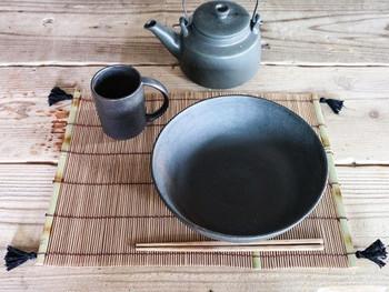 竹で出来たランチョンマットの四つ角にタッセルを付ければ、ちょっと高級な和食屋さんのようにテーブルを演出できますよ。タッセルと同じ黒い食器で粋にコーディネートして。