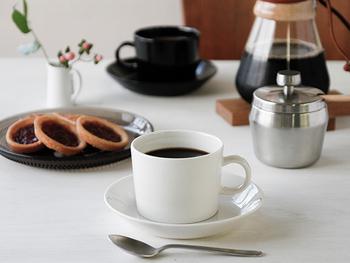 くせのないデザインが人気のカップ&ソーサー。ソーサーは単体でプレートとしても使えてとっても便利です。 おやつの時間には、ソーサーにクッキーなどを入れてホッと一息つきませんか?