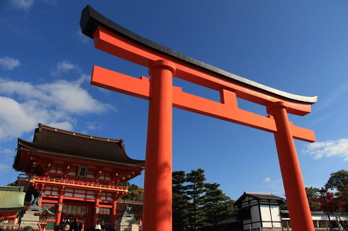 日本全国で約3万社あると言われる稲荷神社の総本社、伏見稲荷神社は京都市伏見区の稲荷山に鎮座する神社です。