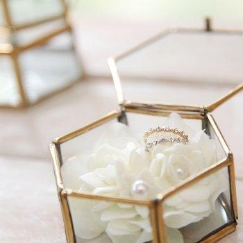 アンティーク調のガラス張りケースは、特別感たっぷり。白いお花に守られて、アクセサリー同士が傷つくことがありません。