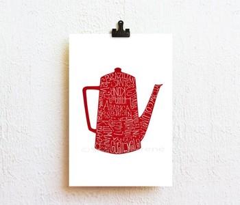 タイポグラフィーという印刷技術でコーヒーポットが描かれた、はがきサイズのアート作品。よくよく目を凝らすと、ポットにコーヒー豆の種類が英文字で書かれています。