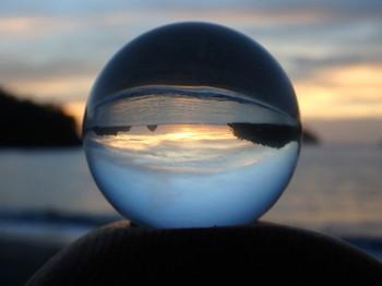 わずか3㎝の小さな球体の中に、逆さまに景色が映ります。とても不思議。お部屋に飾るのはもちろん、持ち歩いてさまざまな景色を見たくなります。