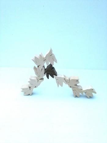 1羽が約2㎝の小さな鳩が集まってできたオブジェ。鳩を組み合わせてお好みの形に創作できるのも嬉しいところ。愛でて頭も使える作品です。