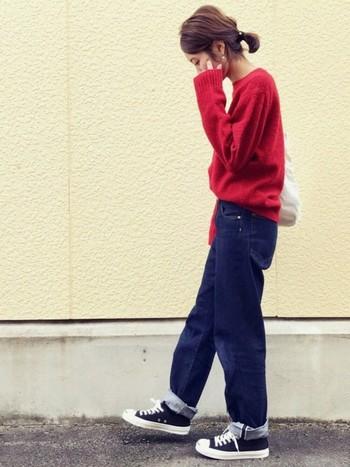 一枚で着ても、重ねて着ても様になるプルオーバーは一枚持っていると重宝するアイテムです。いつものデニム×スニーカースタイルも秋の装いに。