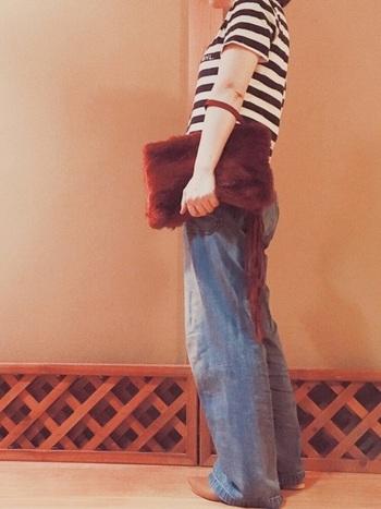 ロングタッセルのついた深紅のファークラッチバッグ。素材がファーなので、秋冬のコーデにぜひ使いたいアイテムですね。少し暑い日に半そでを着ていても、ファークラッチがあることで秋らしさを演出することができます。