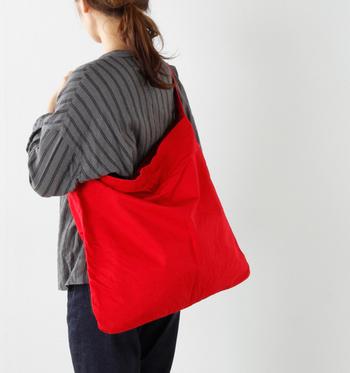 短めのハンドルで体にぴったりと沿うようになったトートバッグは、赤色がとてもきれいですね。