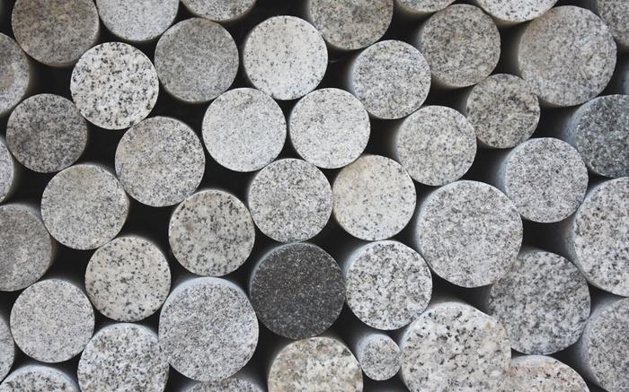 庵治石は日本三大花崗岩の一つであり、花崗岩のダイヤモンドとも呼ばれているほど、水晶のように硬いことが特徴です。