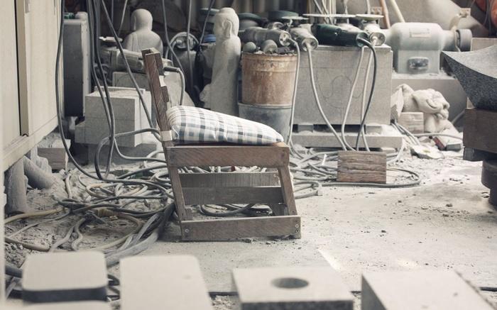 そんな石材業が盛んな庵治町牟礼町において、「暮らしに寄り添う庵治石」をテーマに、新しいかたちで石のプロダクトを届けようと、高松市牟礼庵治商工会と「リアルジャパンプロジェクト」がタッグを組み、現地の石材業者13社が集まって2013年にスタートしたのが「AJI PROJECT(アジプロジェクト)」です。
