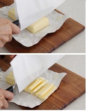 冷蔵庫から出したてのバターが、ナイフにキッチンペーパーを挟むだけで簡単&キレイにカットできます。もう、ナイフをお湯で温める必要ナシ(^.^)